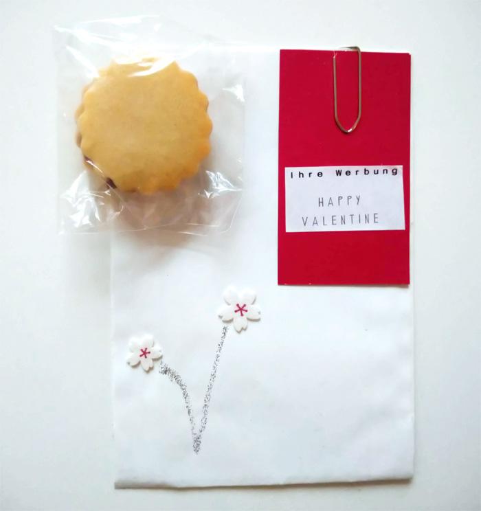 weisse Tüte mit Kirschblüten-Ornamenten