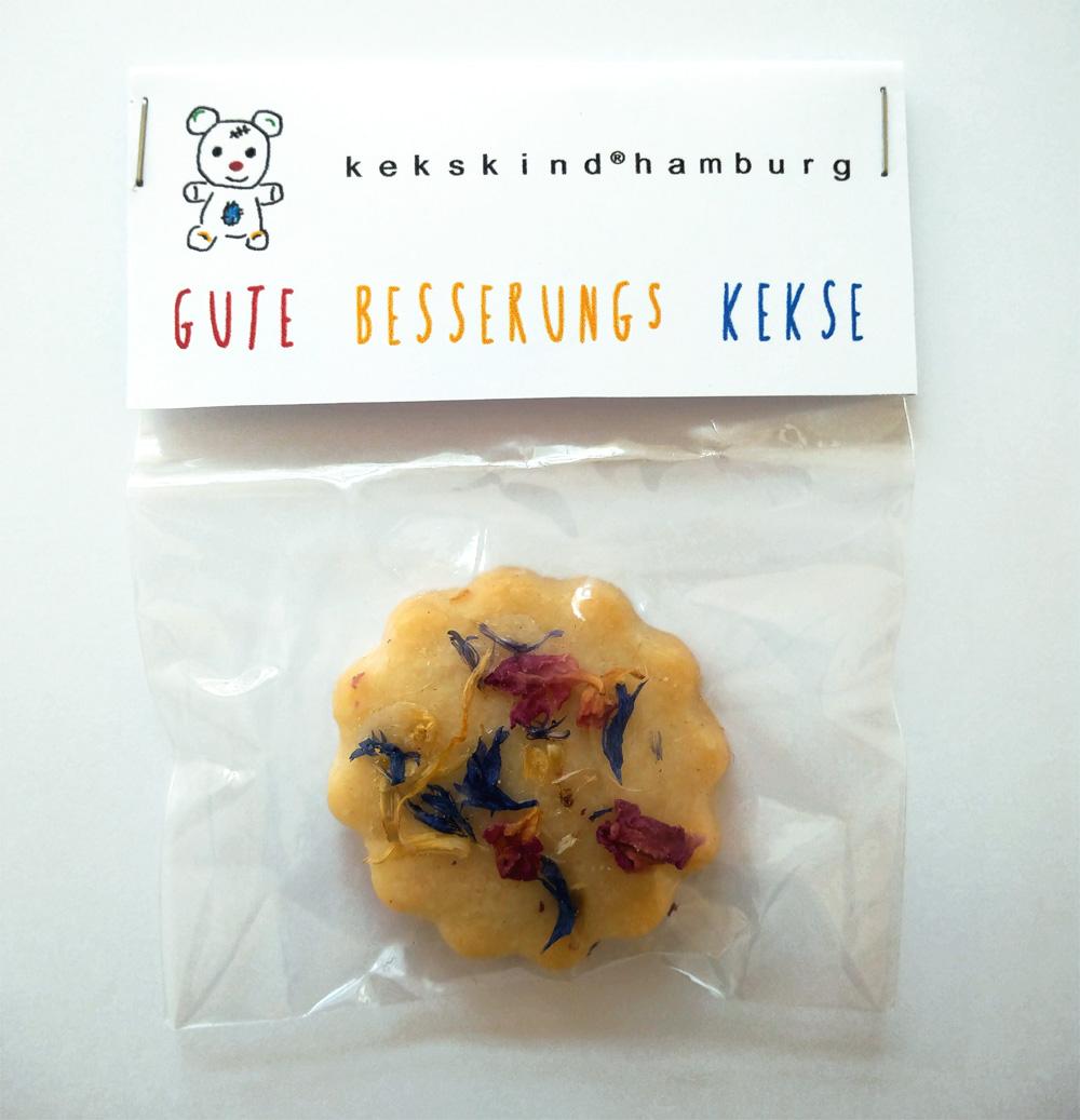 Butterkeks mit Blüten und Klappkarte 'Gute Besserung'